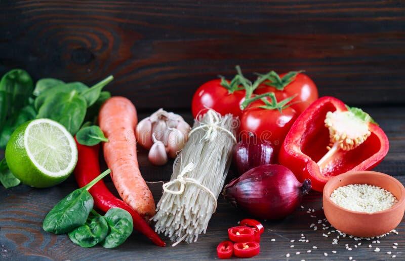 Tallarines de cristal de la patata y verduras frescas para cocinar platos orientales imágenes de archivo libres de regalías