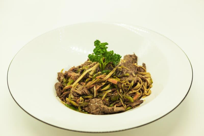 Tallarines de Fried Chinese con verduras y una coliflor y con carne de vaca fotos de archivo