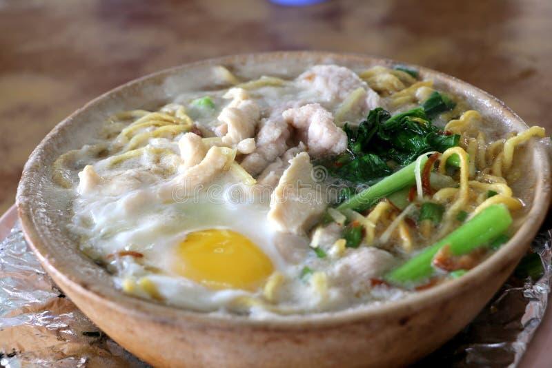 Tallarines de huevo de Claypot, estilo del Cantonese fotos de archivo libres de regalías