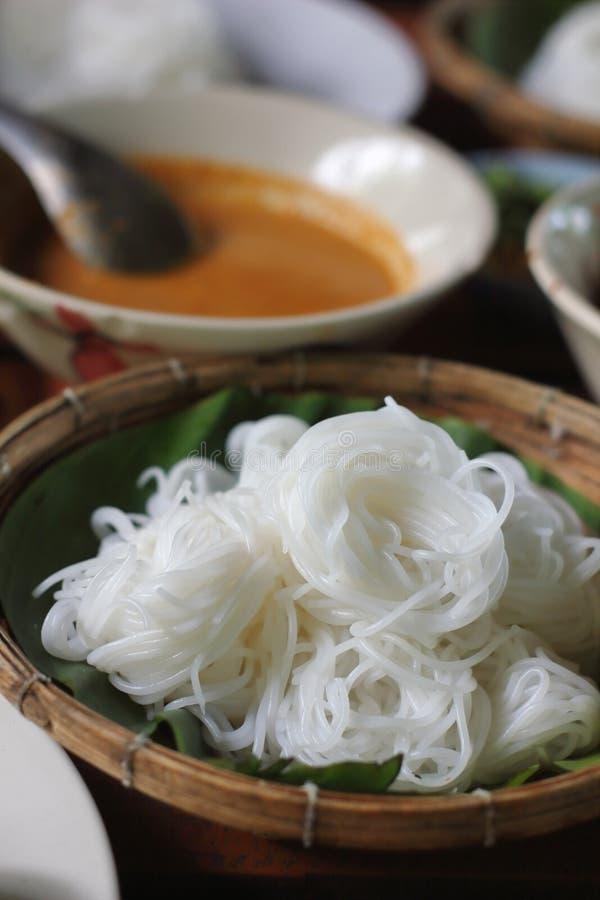 Tallarines de la harina de arroz o fideos tailandeses blancos del arroz imagenes de archivo