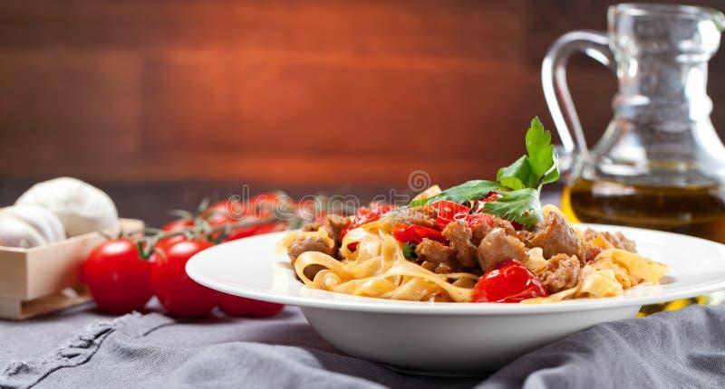 Tallarines de las pastas con la salsa y el parmesano de boloñés de la carne de vaca foto de archivo