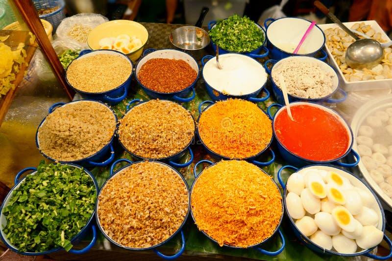 Tallarines de los ingredientes en la sopa picante tailandesa de tom yum con cerdo fotos de archivo libres de regalías