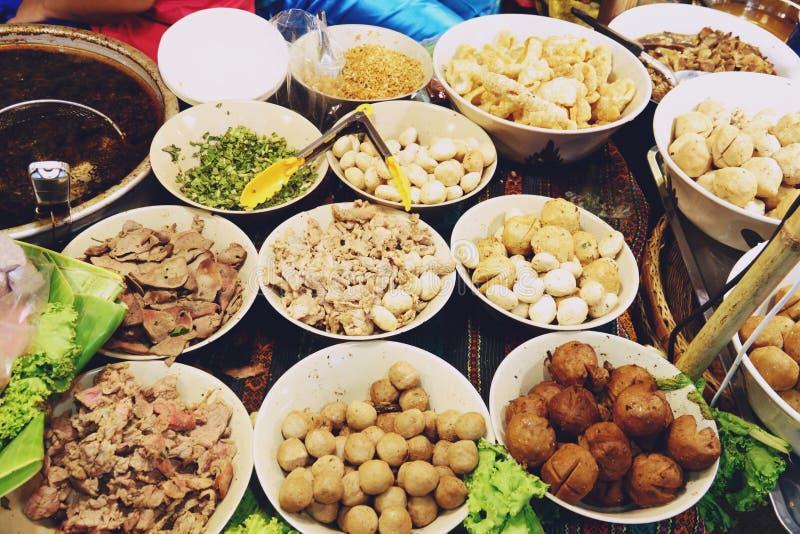 Tallarines de los ingredientes en la sopa picante tailandesa de tom yum con cerdo fotografía de archivo libre de regalías
