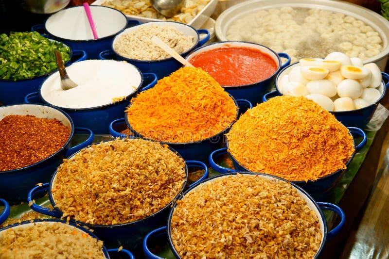 Tallarines de los ingredientes en la sopa picante tailandesa de tom yum con cerdo imagen de archivo libre de regalías