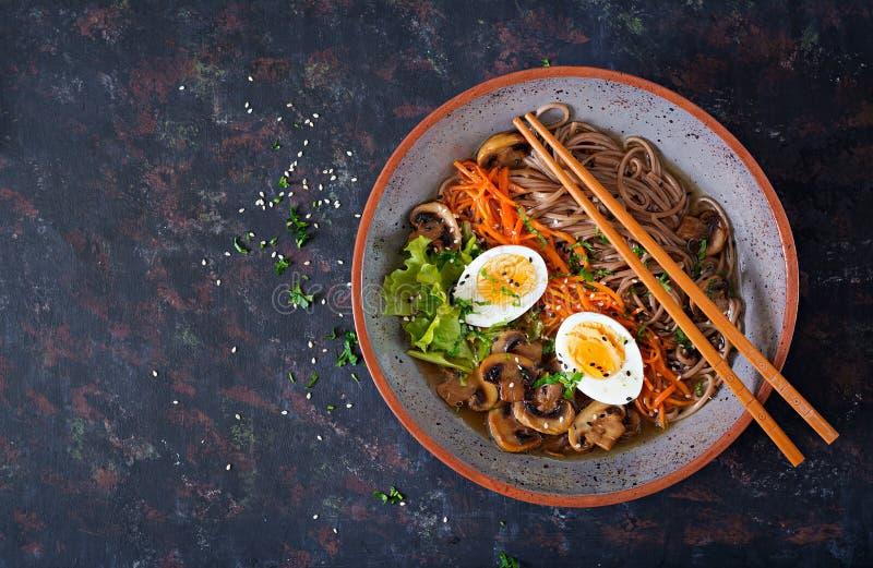 Tallarines de ramen japoneses del miso con los huevos, la zanahoria y las setas Comida deliciosa de la sopa imágenes de archivo libres de regalías