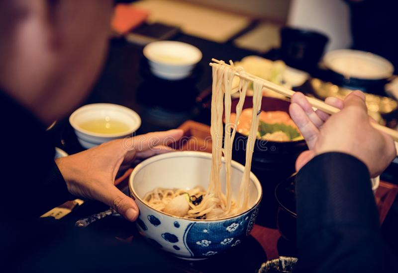 Tallarines de Soba en comida del japonés del cuenco imágenes de archivo libres de regalías