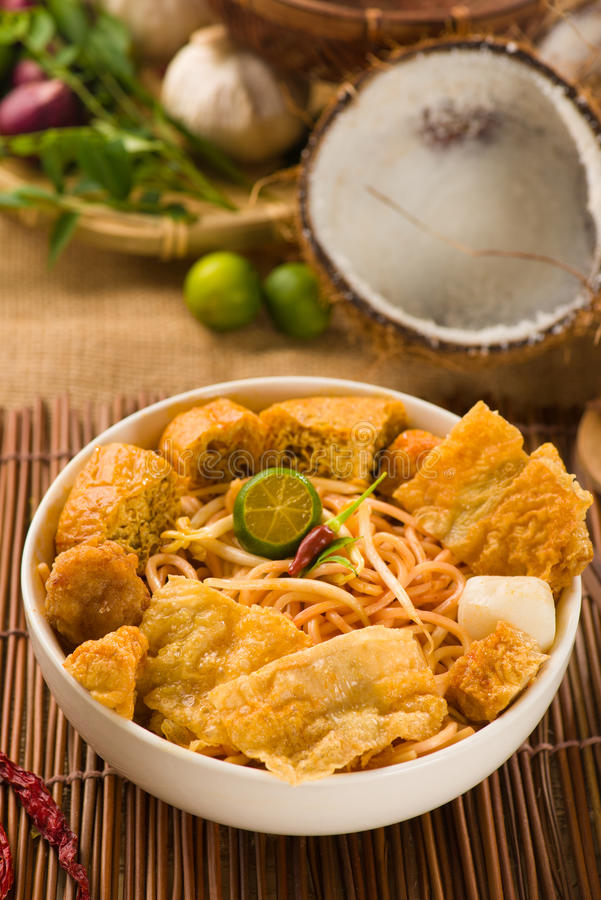 Tallarines del curry del laksa de Singapur fotos de archivo