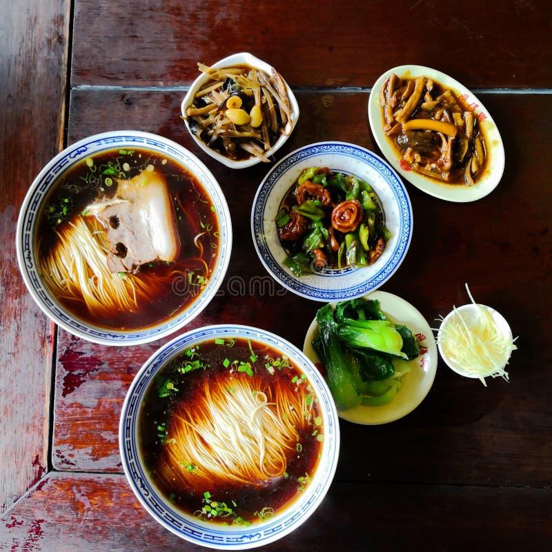 Tallarines del estilo chino con la carne y los desmoches vegetales imagenes de archivo