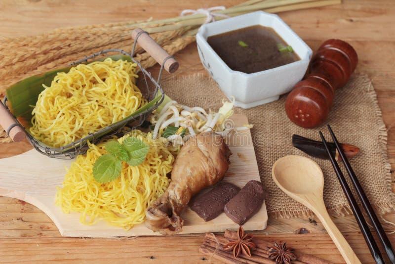 Tallarines del pollo con la verdura y la sopa deliciosas foto de archivo