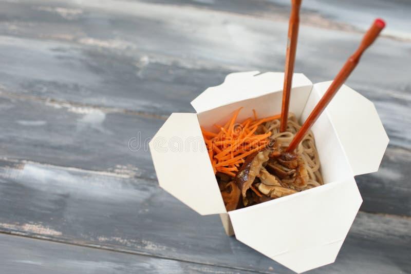 Tallarines del Shiitake y del soba en caja del wok foto de archivo