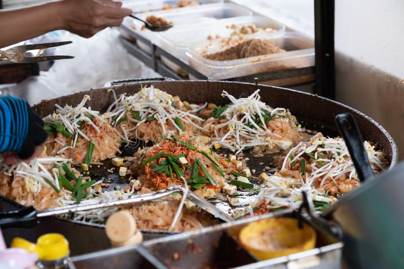 Tallarines fritos cacerola tailandesa del estilo de la comida de la calle de Tailandia foto de archivo