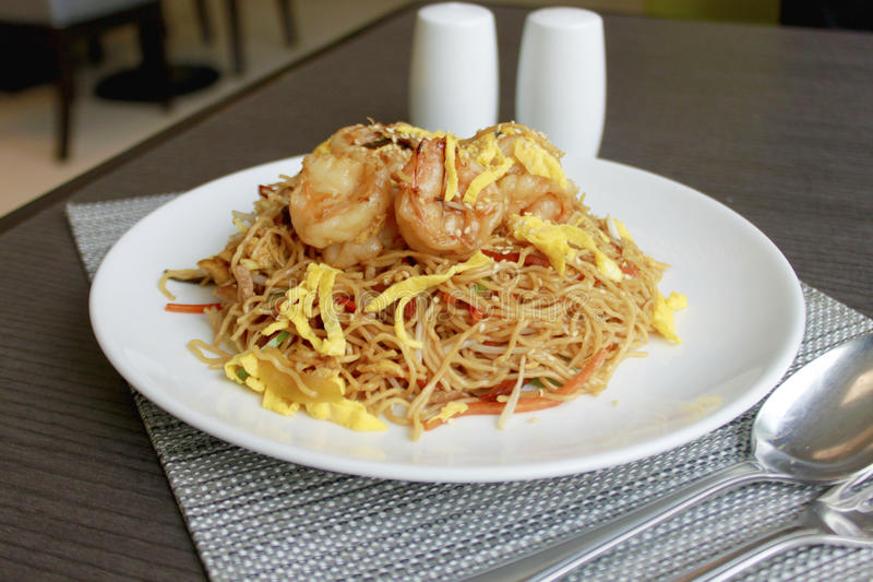 Tallarines fritos chino con el camarón imagen de archivo libre de regalías