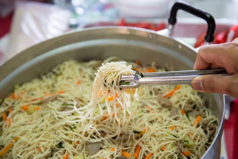 Tallarines fritos comida china tallarines del Singapur-estilo, cerdo asado y el sofreír de los tallarines de arroz fotos de archivo