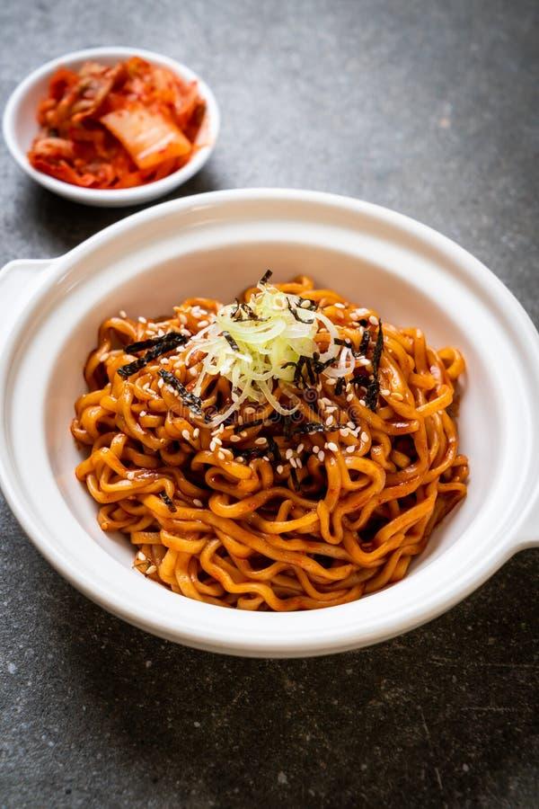 Tallarines inmediatos calientes y picantes coreanos con kimchi imágenes de archivo libres de regalías