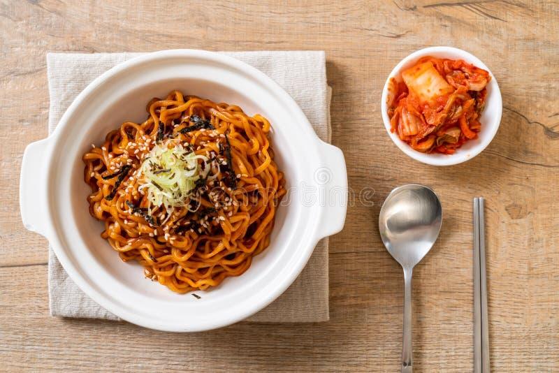 Tallarines inmediatos calientes y picantes coreanos con kimchi imagen de archivo