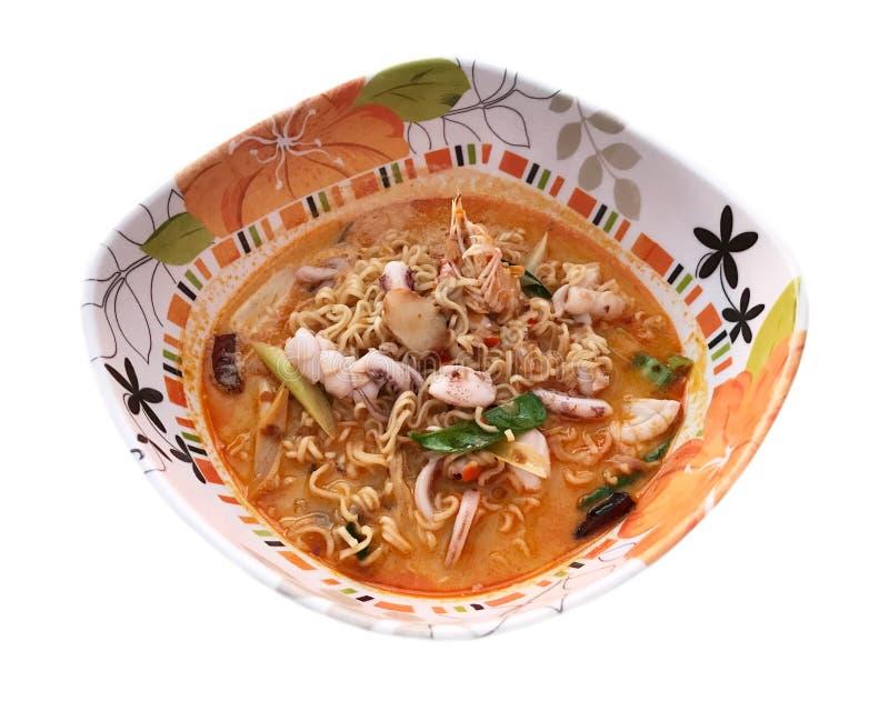 Tallarines inmediatos en la sopa picante de los mariscos, comida tailandesa - aislada en wh foto de archivo libre de regalías