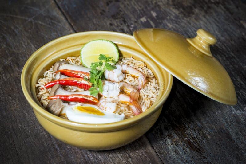 Tallarines inmediatos picantes tailandeses imagen de archivo