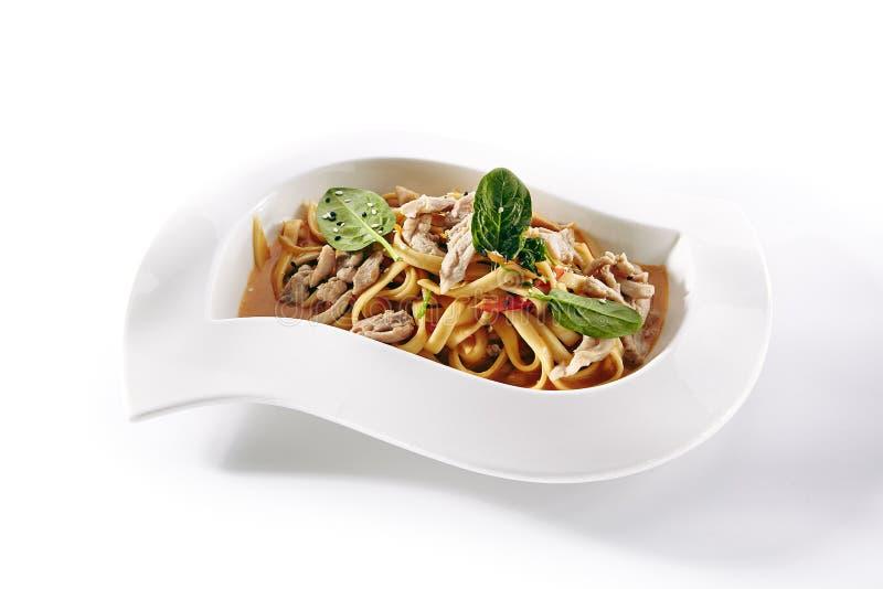 Tallarines, pastas o Yakisoba con la carne, las verduras y los verdes fotos de archivo