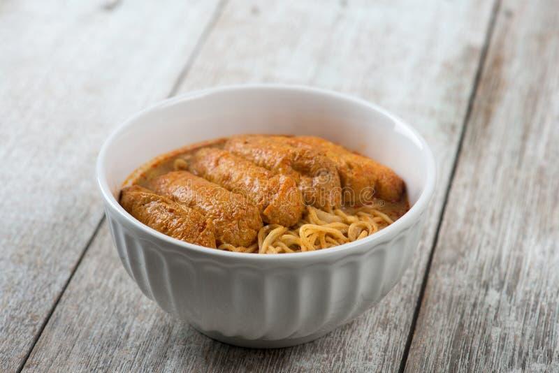 Tallarines picantes de Laksa del curry de la comida asiática imagen de archivo