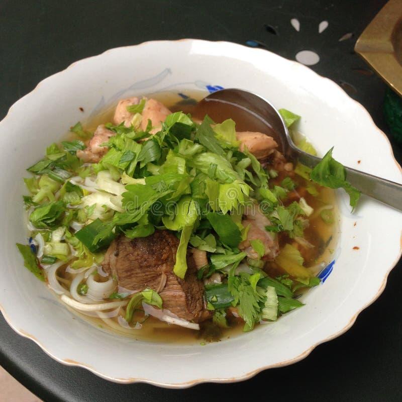 Tallarines tailandeses con cerdo y carne imagen de archivo libre de regalías