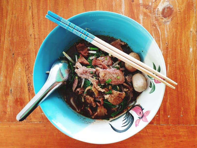 tallarines tailandeses con la sopa de la sangre foto de archivo