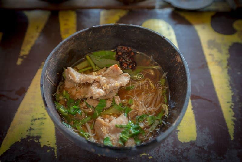 Tallarines tailandeses de la sopa de la sangre en el cuenco de la cáscara del coco foto de archivo libre de regalías