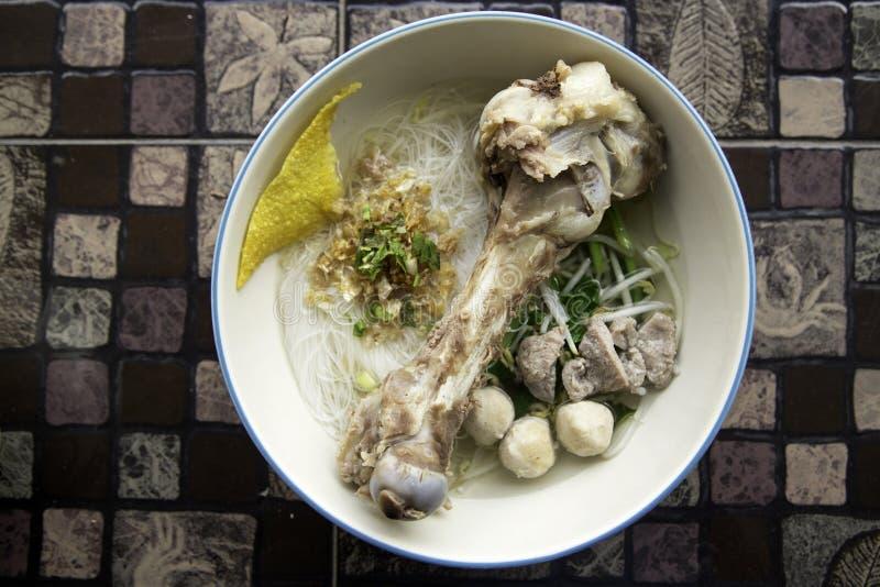 Tallarines tailandeses del estilo, tom yum, sopa de fideos del calamar imagenes de archivo