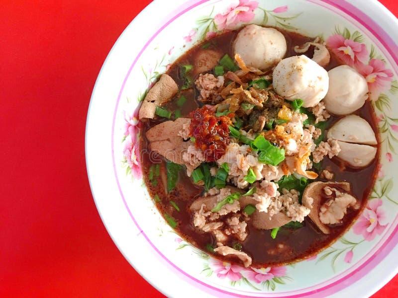 Tallarines tailandeses del tok del nam con la sopa de la sangre de cerdo imagen de archivo