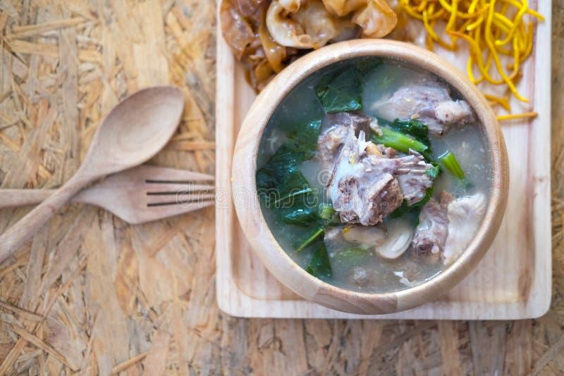 Tallarines tailandeses rematados con cerdo imagen de archivo