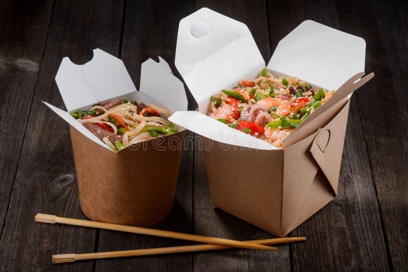 Tallarines y arroz sofritos imagen de archivo libre de regalías