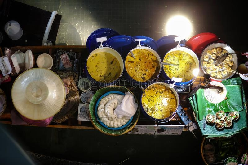 Tallarines y curry tradicionales tailandeses de la harina de arroz con la croqueta de pescados en el barco en mercado flotante imagen de archivo libre de regalías