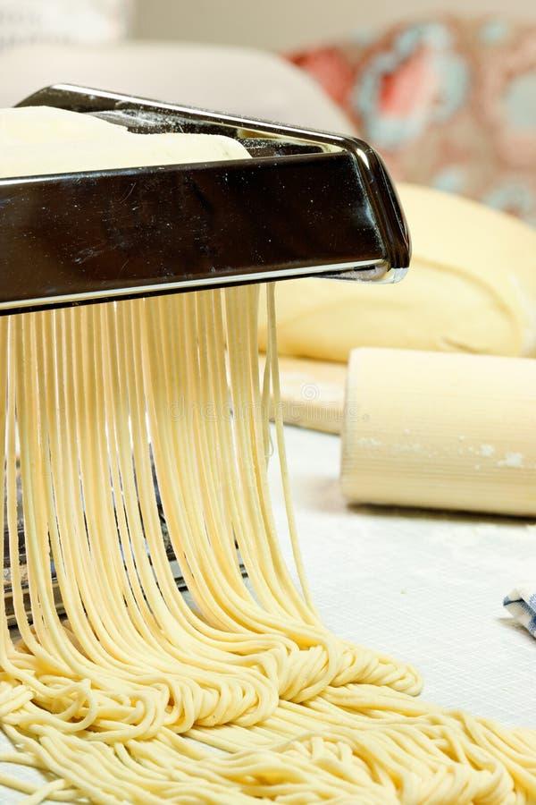 Tallarines y máquina de las pastas. fotos de archivo libres de regalías