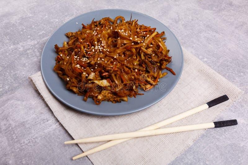 Tallarines y marisco chinos en el fondo de mármol Concepto del alimento imagen de archivo