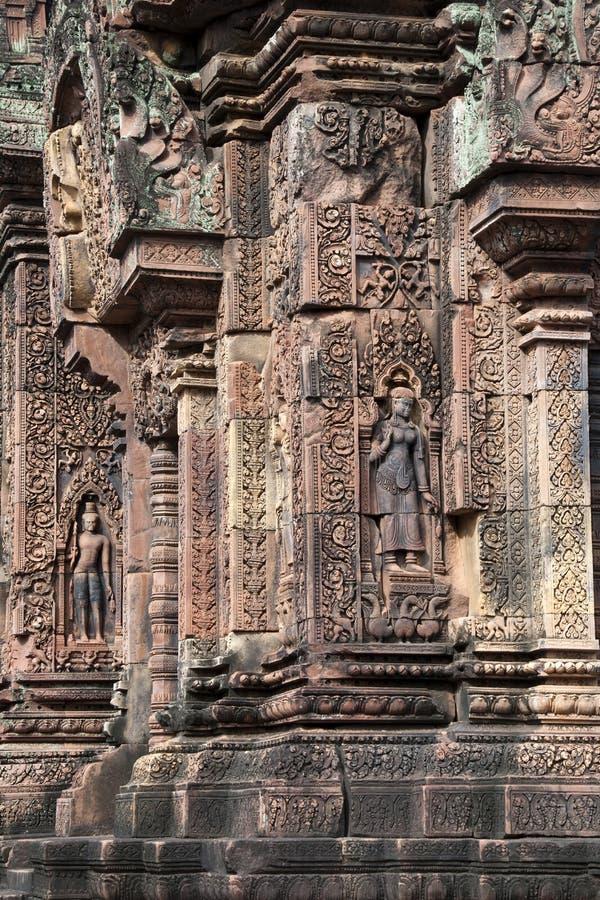 Tallas adornadas con apsaras en las paredes en el templo del siglo X de Banteay Srei foto de archivo libre de regalías