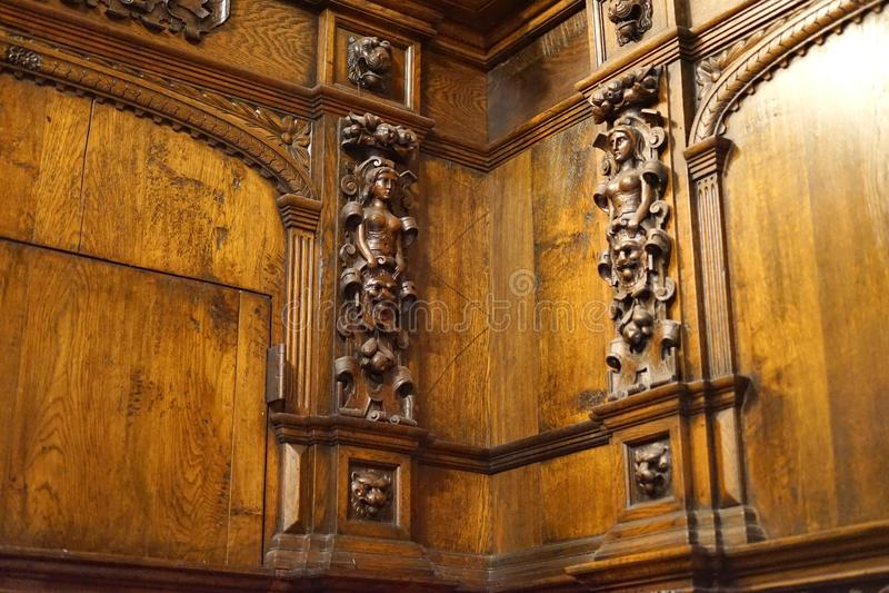 Tallas de la esquina complejas del alivio en castillo del siglo XVIII imagen de archivo libre de regalías