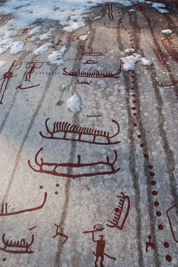 Tallas de la roca de la edad de bronce en Tanum en nieve imagenes de archivo