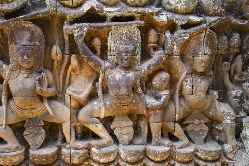 Tallas del alivio de Bas de los guardas de Dvarapalas, humanos o demoníacos del templo, armados generalmente con las lanzas y los imagen de archivo libre de regalías