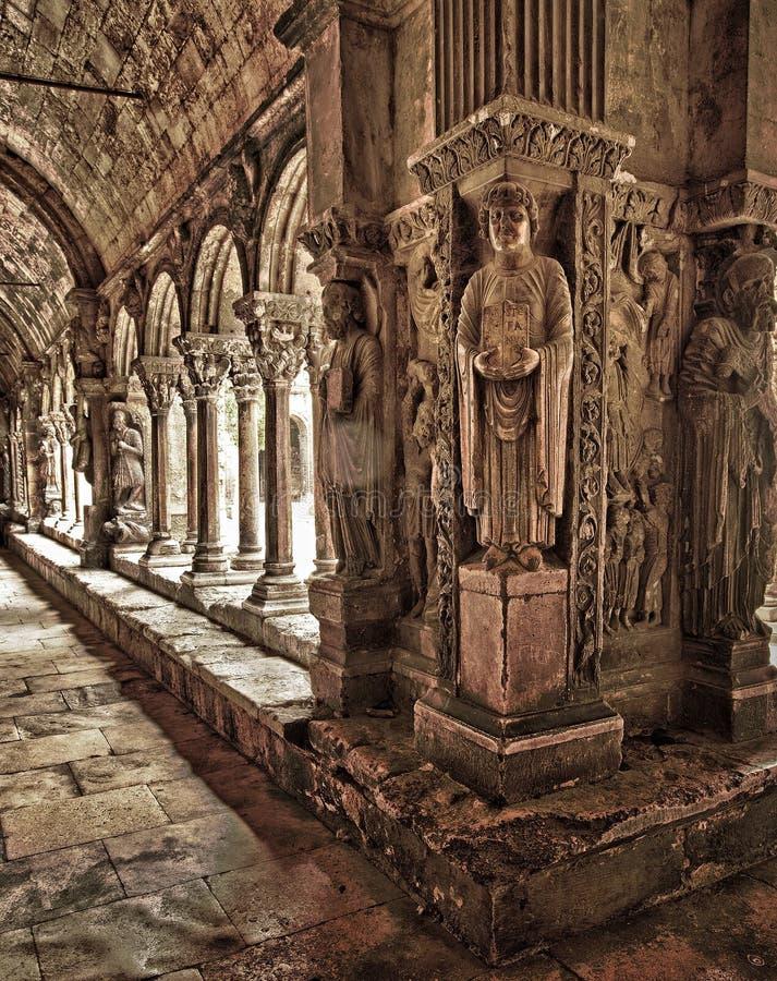 Tallas del claustro de Trophime del santo fotografía de archivo