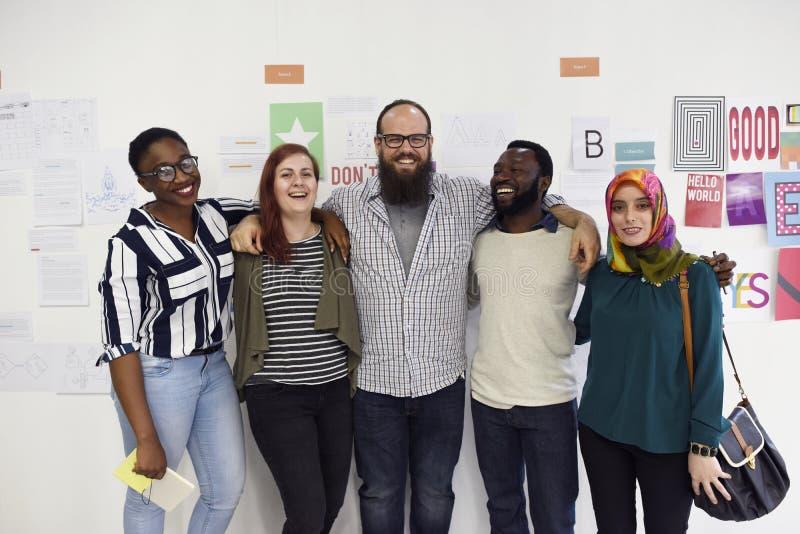 Taller de la cooperación del trabajo en equipo de la gente en fila foto de archivo libre de regalías