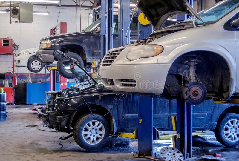 Taller de reparaciones auto que trabaja en los vehículos fotos de archivo libres de regalías
