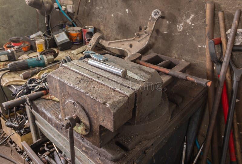 Taller de reparaciones del coche Aislante en blanco fotos de archivo