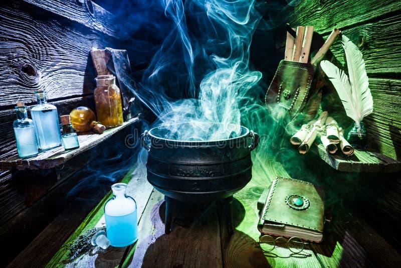 Taller mágico de la bruja con el humo azul y verde para Halloween foto de archivo libre de regalías