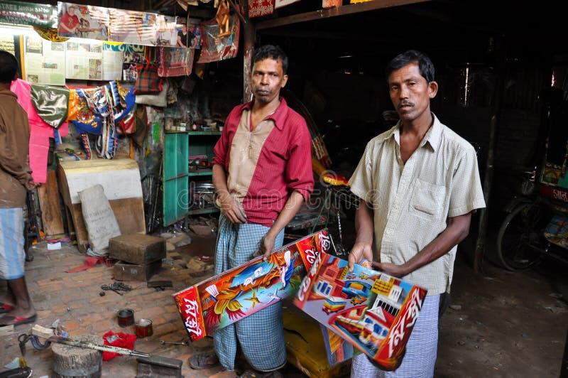 Taller que duele del carrito en Dacca vieja, Bangladesh Trabajadores en taller de la calle imagen de archivo