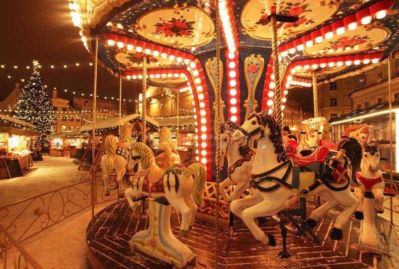 Tallinn bożych narodzeń rynek z carousel fotografia royalty free