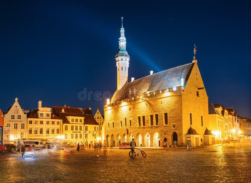 Tallinn central stad Hall Square vid natt (Raekoja plats), arkivfoto