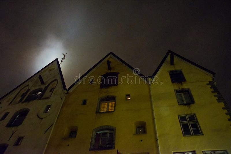 Tallinn, Estónia Construção de três casas das irmãs no centro histórico de Tallinn, agora hotel elegante fotografia de stock