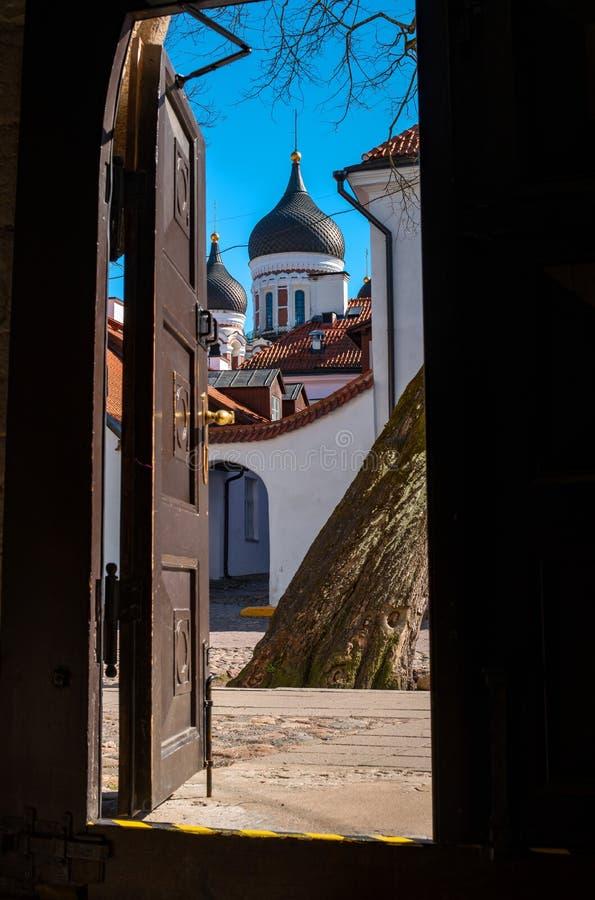Tallinn, Estónia Vista da abóbada da catedral de Alexander Nevsky da entrada à catedral da abóbada ambos imagem de stock