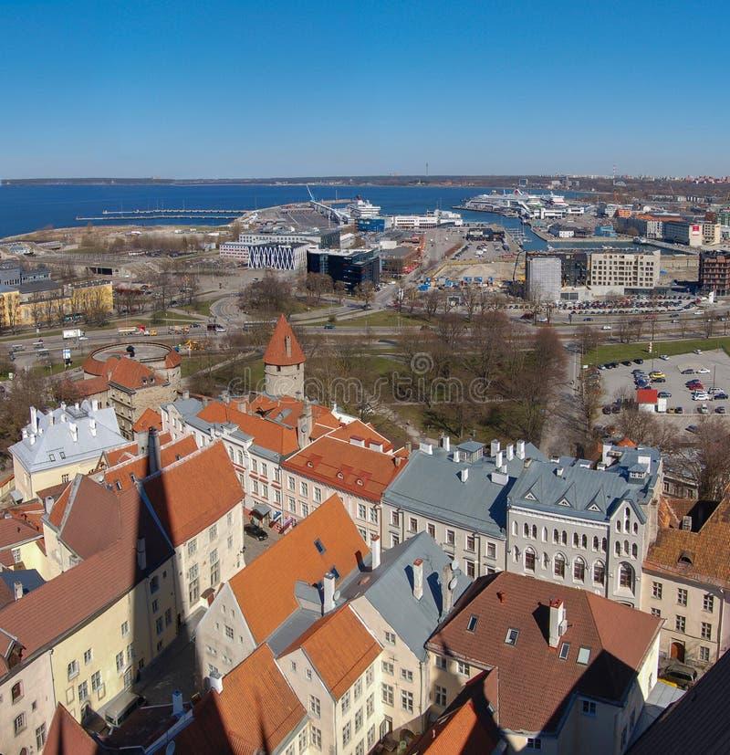 Tallinn, Estónia Vista da cidade e do porto velhos Panorama quadrado de duas imagens foto de stock
