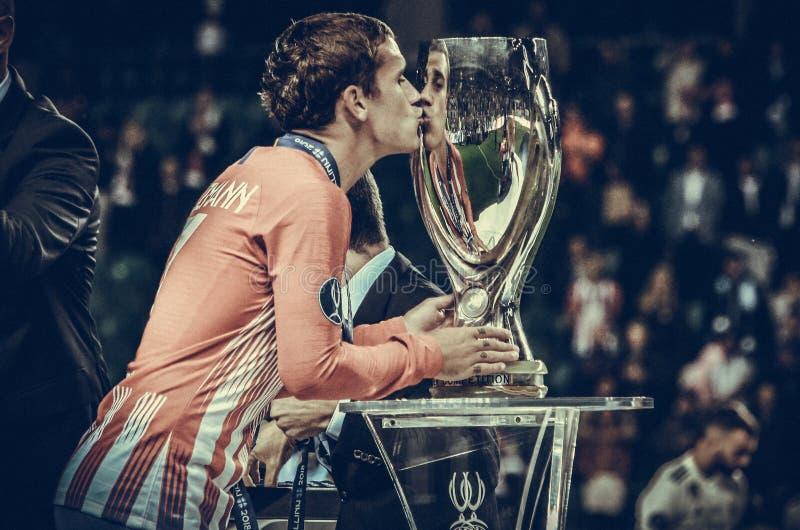 TALLINN, ESTÔNIA - 15 de agosto de 2018: UEFA do beijo de Antoine Griezmann fotografia de stock royalty free