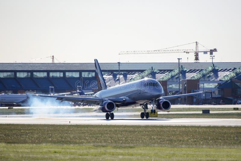 Tallinn, Estônia - 31 de maio de 2018: RA-89064 Aeroflot - ar do russo imagem de stock royalty free